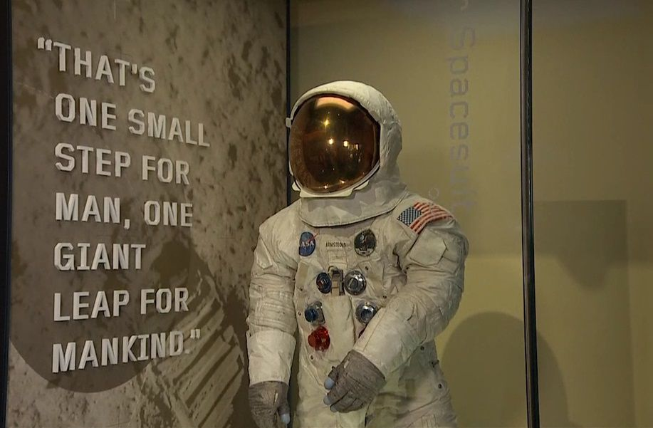 El traje original de Neil Armstrong es exhibido en Washington (NASA)