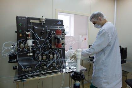 """Un especialista durante la producción de la vacuna """"Gam-COVID-Vac"""" desarrollada por el Instituto Nacional de Investigación de Epidemiología y Microbiología de Gamaleya (Reuters)"""