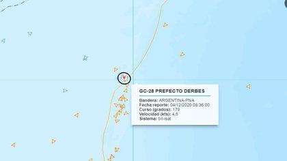 El guardacostas CG-28 Prefecto Derbes en la zona de la milla marítima 201 patrulla para que ninguna embarcación ilegal viole el permiso de pesca. Del otro lado del límite, los buques clandestinos, agazapados (Prefectura Naval Argentina)