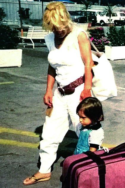 """La última foto de Marcela Basteri mientras camina con su hijo menor en un aeropuerto italiano. Del libro """"Luis Miguel. La historia"""" (Editorial Aguilar)"""