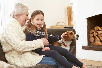"""Según el estudio, la función del abuelo es inculcar valores y ser """"compinches"""" con sus nietos acompañándolos en sus decisiones (iStock)"""
