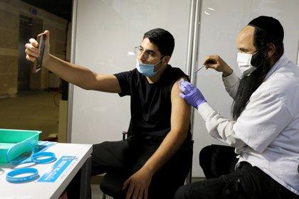 Unos 5,4 millones de israelíes han recibido al menos una dosis de la vacuna contra el coronavirus, y 5,1 millones de ellos recibieron ambas dosis (REUTERS/Ammar Awad/File Photo)