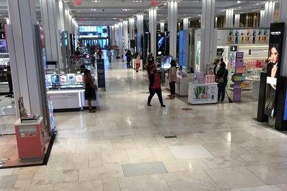 Personas compran en una tienda en el primer día de la segunda fase de la reapertura de Nueva York. Foto: REUTERS/Carlo Allegri