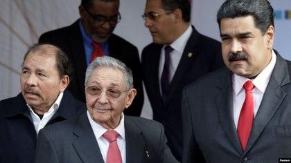 Daniel Ortega y Nicolás Maduro, recibidos por el líder cubano Raúl Castro