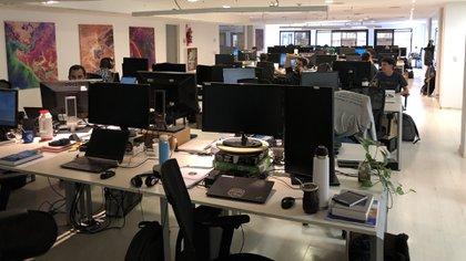 En las oficinas en Buenos Aires se diseñan los satélites y se optimiza su funcionamiento