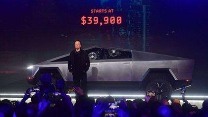 Musk y la Cybertruck con los vidrios rotos el día de su presentación mundial.