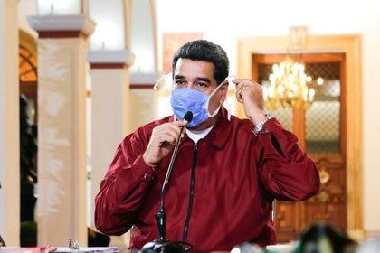 El dictador Nicolás Maduro usa una mascarilla mientras habla durante una reunión en el Palacio de Miraflores en Caracas, Venezuela Marzo 13, 2020. (Palacio de Miraflores/Reuters)