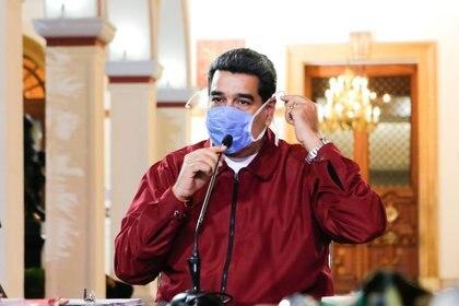 El presidente Nicolás Maduro usa una mascarilla mientras habla durante una reunión en el Palacio de Miraflores en Caracas el 13 de marzo de 2020 (Palacio de Miraflores)