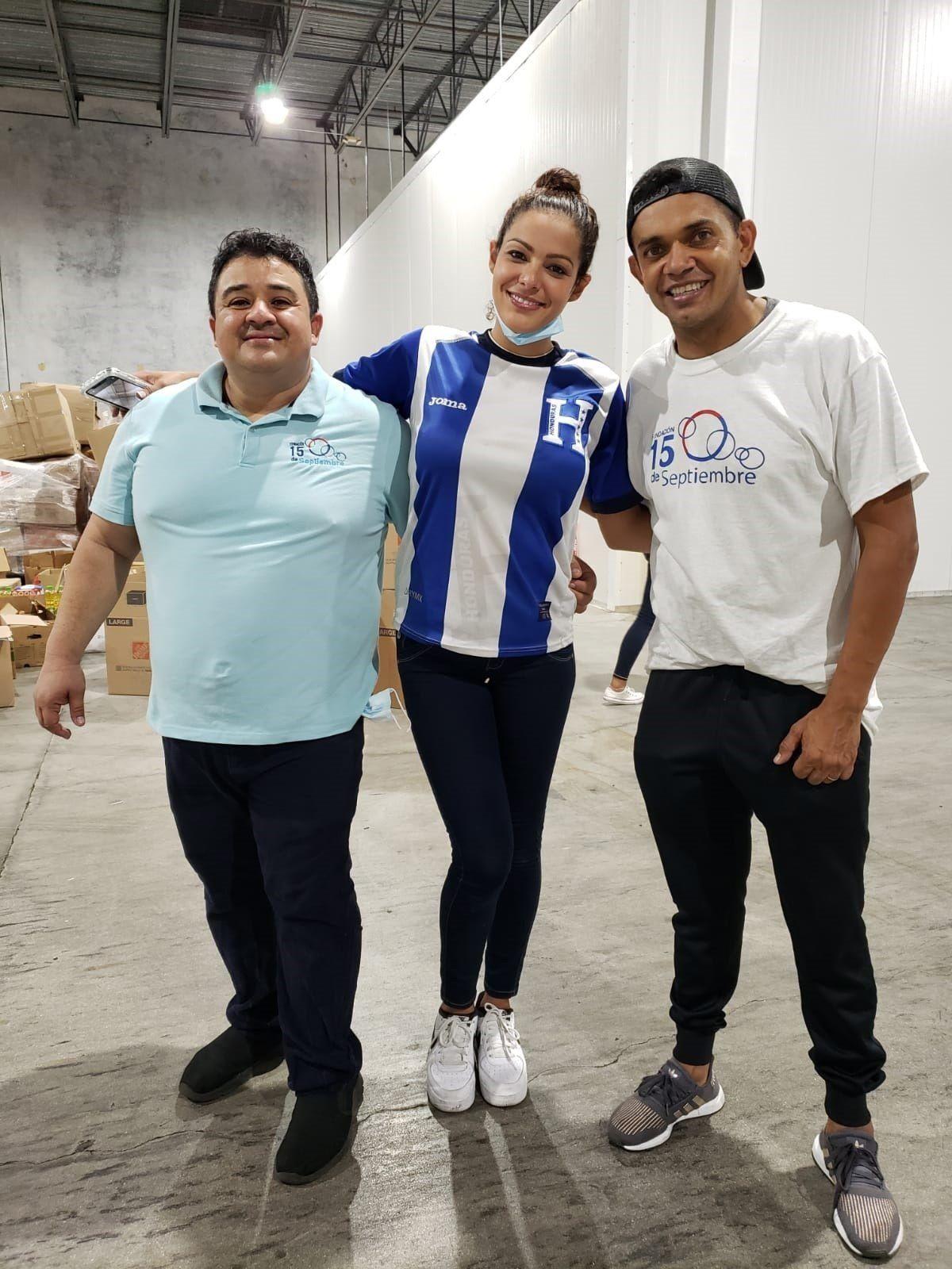 Amado Guevara, hoy, junto al presidente de la Fundación de hondureños en EE.UU., Juan Flores y la modelo Nathalia Casco, durante la recogida y preparación de ayuda humanitaria para enviar a los damnificados por los eventos tropicales en Miami durante 2020.
