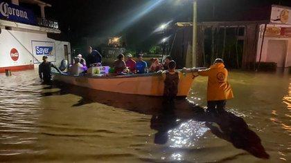 Personal de Protección Civil de Jalisco rescató a 18 personas que se encontraban en las azoteas de sus casas. (Foto: Twitter@PCJalisco)