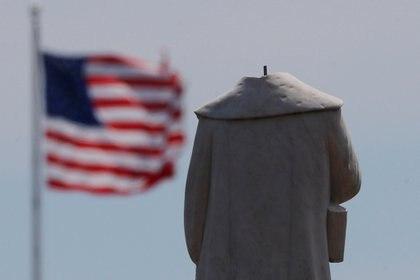 La cabeza de una estatua de Cristóbal Colón fue arrancada en medio de protestas contra la desigualdad racial tras la muerte en custodia policial de George Floyd en Minneapolis en Boston, Massachusetts  (REUTERS / Brian Snyder)