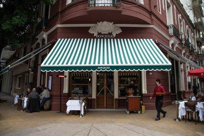 Después de las 19, los restaurantes podrán continuar vendiendo por take awal o delivery