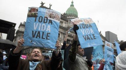 Militantes en contra de la legalización del aborto, en las afueras del Congreso (Adrián Escandar)