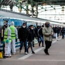 Personas circulan este lunes en la Estación Ferroviaria de Constitución en la ciudad de Buenos Aires (Argentina). EFE/Juan Ignacio Roncoroni