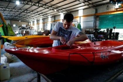 Foto de archivo: un empleado trabaja en una fábrica de kayaks en la provincia de Buenos Aires, Argentina.. REUTERS/Agustin Marcarian