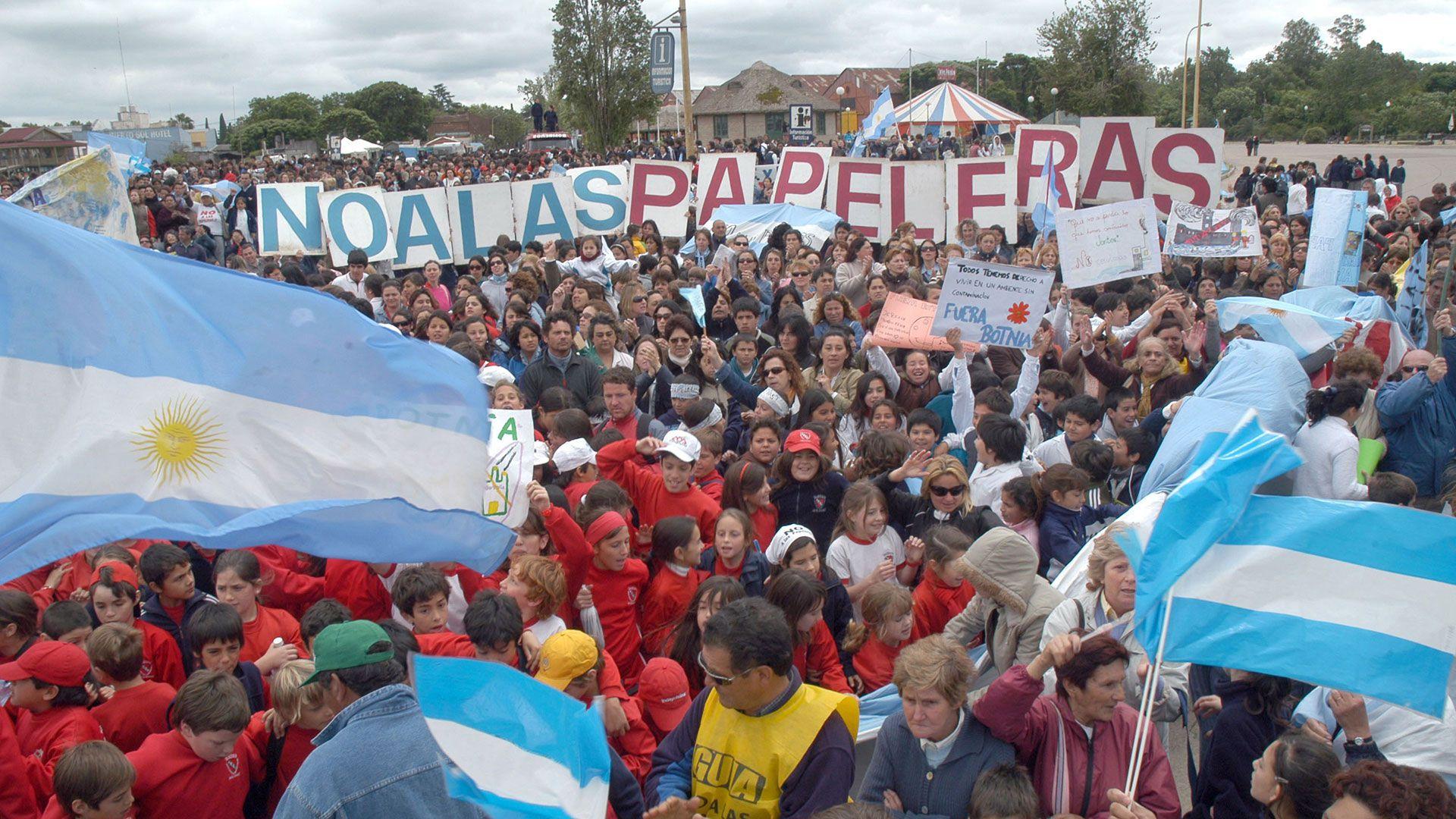 En Gualeguaychú se realizaron numerosas marchas para intentar evitar la instalación de Botnia en Fray Bentos (NA)