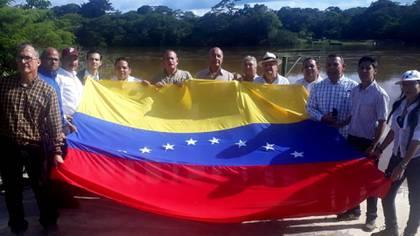 Diputados en Isla de Anacoco el día que encontraron al ELN