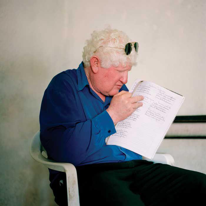 """Elio Ormeño nació en el pequeño pueblo riojano. El médico Eduardo Castilla reveló en su libro """"Aicuña. Estudio de la estructura genética de la población"""" que el coeficiente de albinismo en este pueblo es casi doscientas veces mayor que en el resto del planeta (Paola de Grenet, Etiqueta Negra)"""
