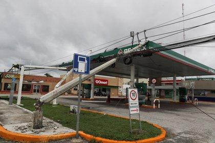 Se ve una gasolinera dañada después de que un poste de electricidad cayera sobre ella, a raíz del huracán Delta, en Cancún, en el estado de Quintana Roo, México, el 7 de octubre de 2020 Foto: REUTERS/Henry Romero