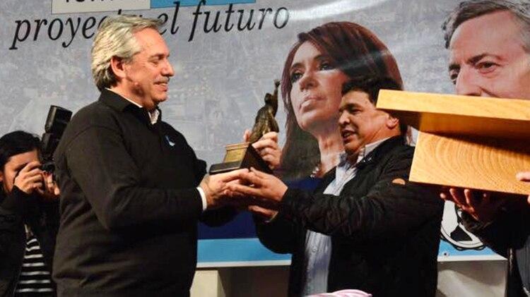 El ex chofer de los Kirchner, Rudy Ulloa, le entregó a Alberto Fernández una estatuilla de Néstor Kirchner