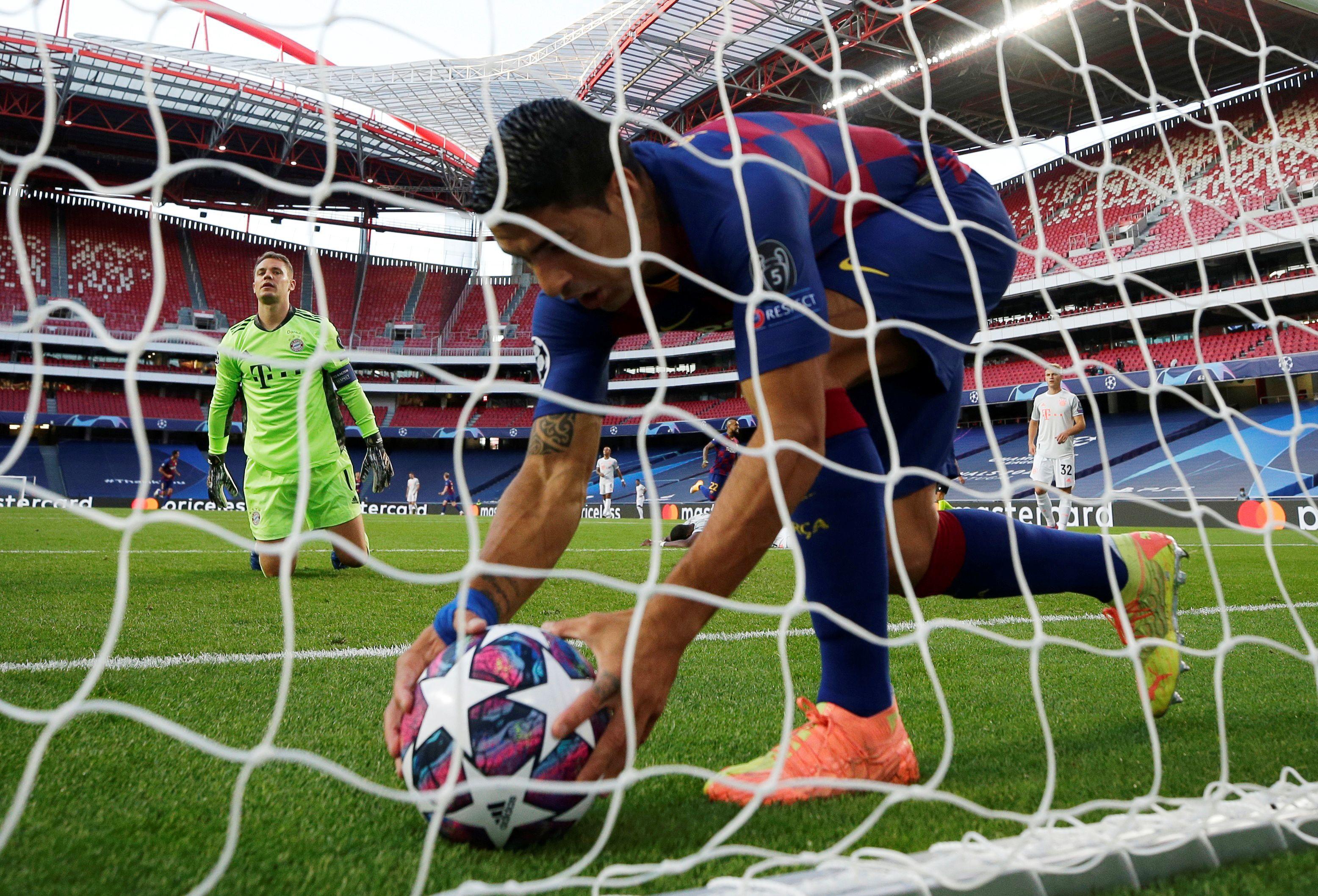Suárez busca la pelota en el arco de Neuer tras el 1-1 por el tanto en contra de Alaba: no sabía lo que acontecería después (Manu Fernandez/Pool via REUTERS)