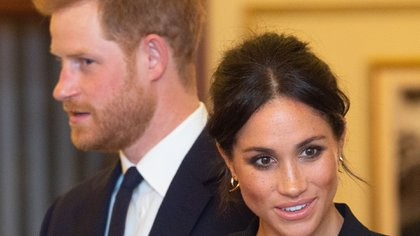 Britain's Prince Harry, Duke of Sussex, (L) and Britain's Meghan, Duchess of Sussex (R) arrive to attend a gala performance of the musical 'Hamilton' in support of the charity Sentebale at the Victoria Palace Theatre in London on August 29, 2018. / AFP PHOTO / POOL / Dan Charity
