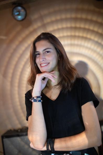 La joven maneja diversos idiomas: habla inglés, y sabe francés e italiano