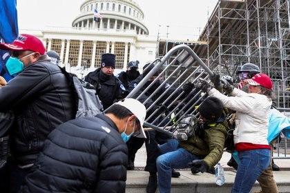Las barricadas no demoraron en ser derribadas (Reuters)