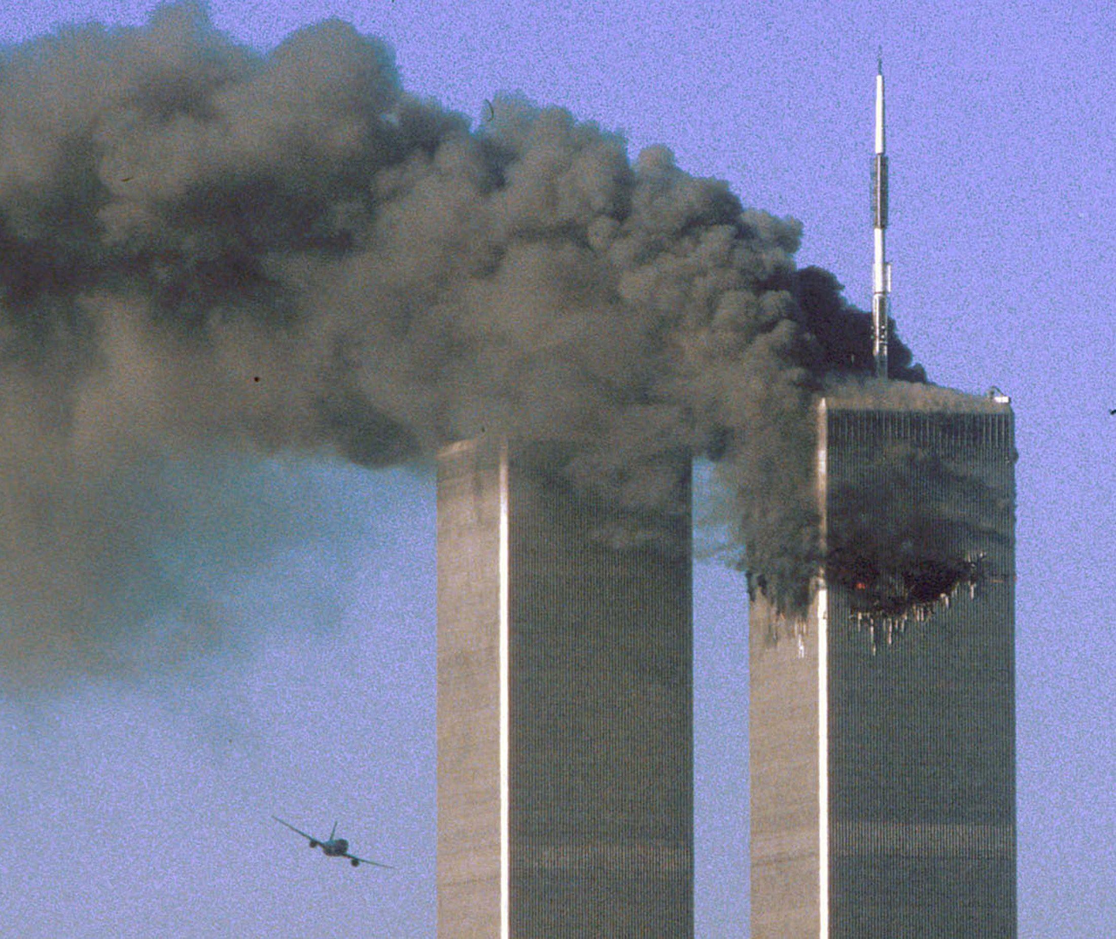 El vuelo 175 de United Airlines se dirige hacia la torre sur del World Trade Center. La torre norte había sido impactada unos minutos antes (REUTERS/Sean Adair/archivo)