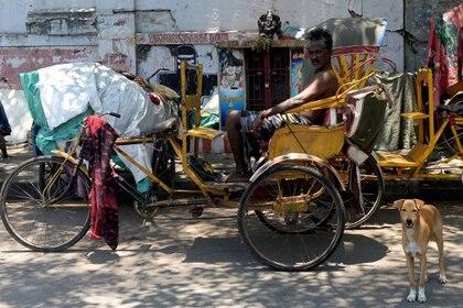 Un conductor se sienta en su rickshaw durante la cuarentena en Chennai el 21 de abril de 2020. (Foto de Arun SANKAR / AFP)