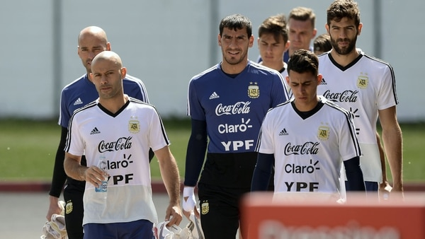 De Maxi Meza y Enzo Pérez saldrá el acompañante de Javier Mascherano (AFP)