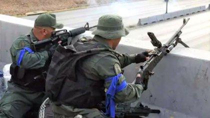 El brazalete azul que identificó a quienes participaron el 30A (AFP)