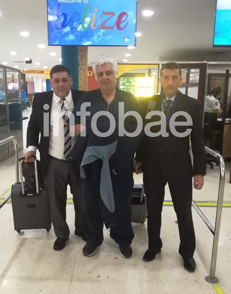 Alberto Samid, escoltados por miembros de la PFA antes de embarcar el vuelo hacia la Argentina