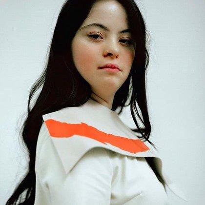 Uno de los retratos de Ellie Goldstein para Gucci Beauty