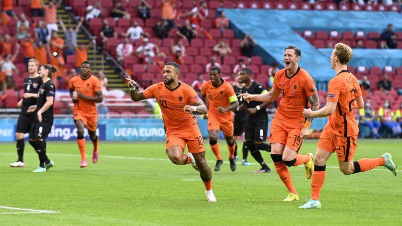Toda Holanda corre detrás de Depay luego de estampar el 1-0 (Foto: REUTERS)
