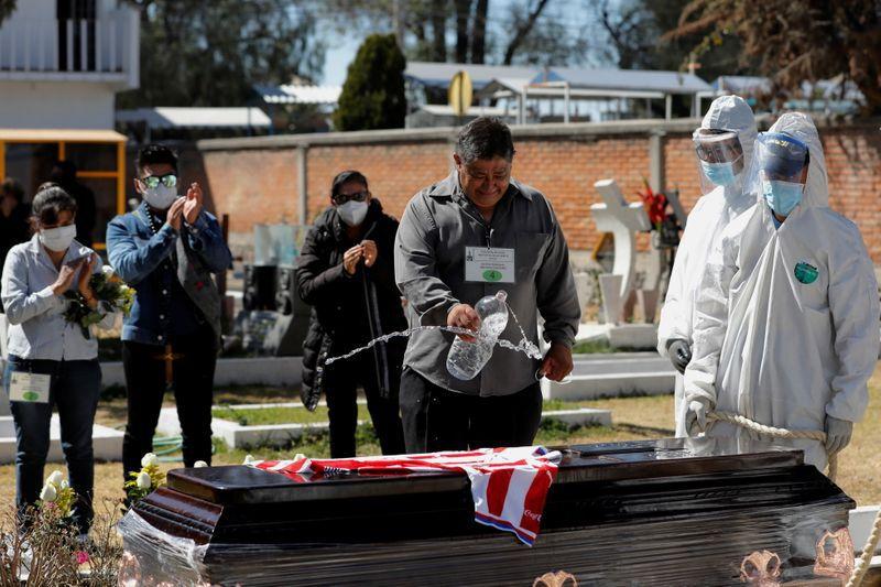 Imagen de archivo. Los familiares se despiden por última vez de su pariente Emilio Valencia, quien murió a causa de COVID-19, en un cementerio local en las afueras de Ciudad de México, México. 25 de enero de 2021. REUTERS / Carlos Jasso