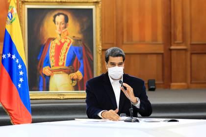 Nicolás Maduro brinda una de sus cadenas nacionales con mascarilla