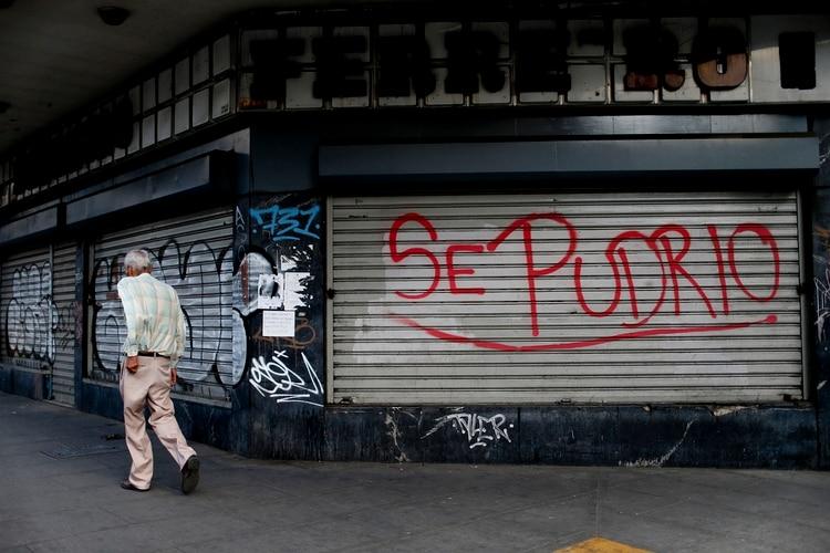 Los locales cerrados son una postal constante en Venezuela (AP Photo/Natacha Pisarenko)