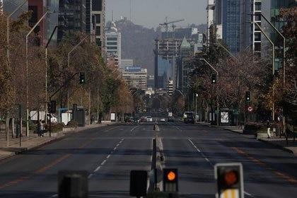 Una calle semivacía en medio del brote de coronavirus en Santiago, Chile