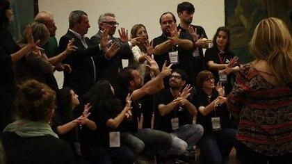 El joven también enseña lenguaje de señas en el mundo del cine para lograr una mayor accesibilidad