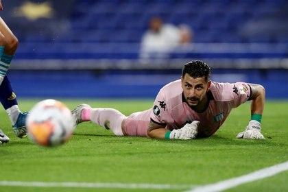 Arias sigue la trayectoria del balón tras una de sus atajadas (REUTERS/Agustin Marcarian)