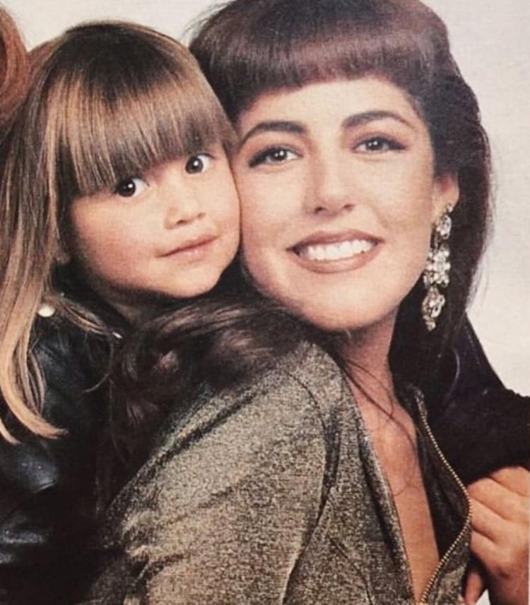 Michelle con su mamá Stephanie Salas.