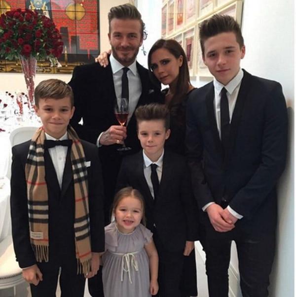 David y Victoria Beckham con sus cuatro hijos