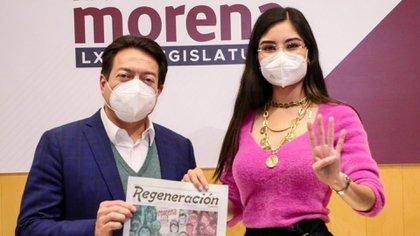 Mario Delgado junto a Geraldine Ponce, promocionando el periódico Regeneración (Foto: Twitter / @GeraldinePonceM)