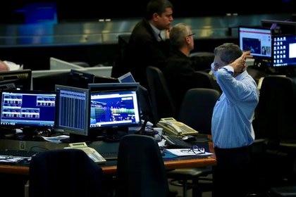 Un operador realiza su tarea en el piso de negocios de la Bolsa de Comercio de Buenos Aires. (Reuters)