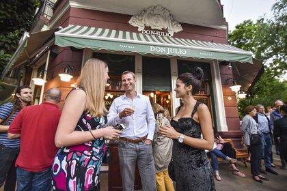 Turistas, locales y los clientes de siempre no dejan de pasar por la tradicional parrilla Don Julio para difrutar de lo mejor de la carne y el vino argentino