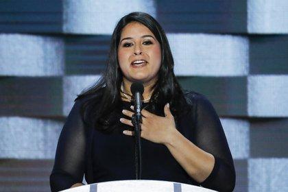 """La activista Lorella Praeli hablando durante la Convención Nacional Demócrata en 2016. Dice que el movimiento a favor de los inmigrantes """"maduró"""" y es ahora """"más diverso, y está más fogueado"""". (AP Photo/J. Scott Applewhite)"""