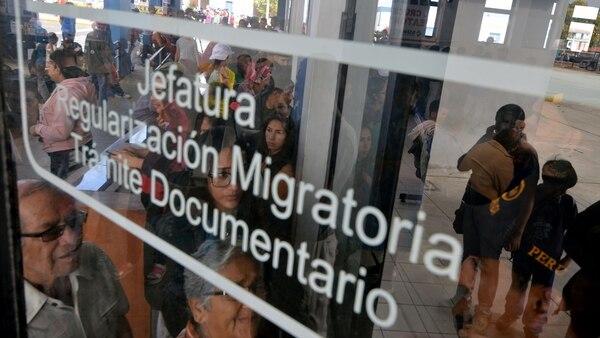 Ciudadanos venezolanos hacen fila para ingresar aPerú (AFP)