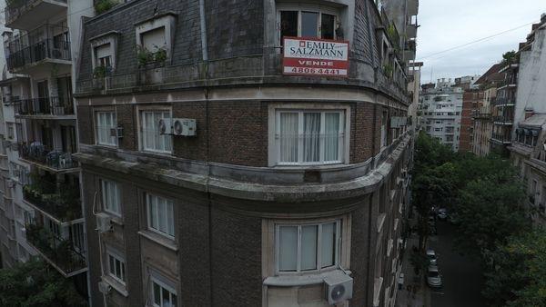 Frente del edificio en el que vive Cristina Kirchner en Capital; su departamento es el de la ventana que está debajo del cartel de venta