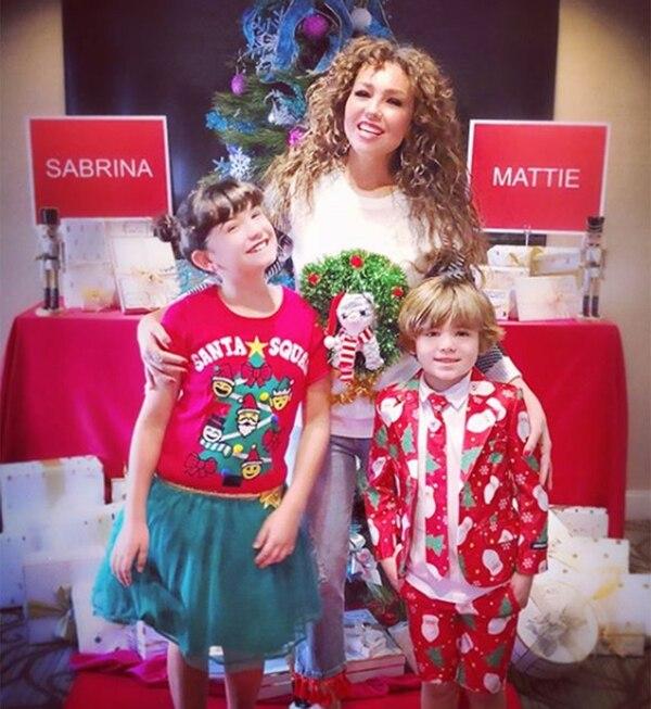 Thalía junto con sus dos hijos, Sabrina y Matthew